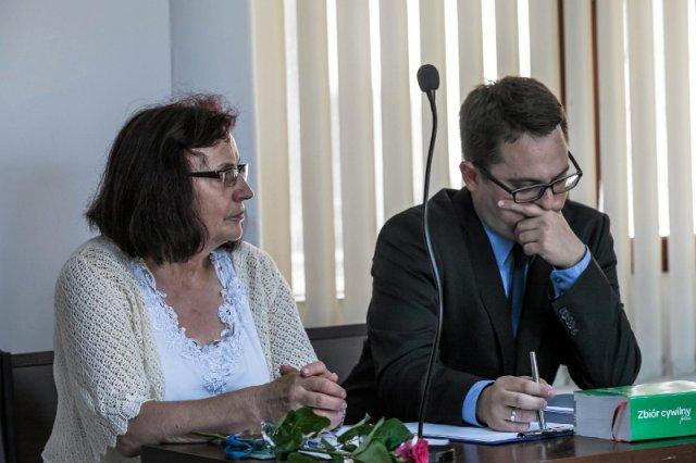 Była sołtys wsi Czarnowąsy wytoczyła proces wiceministrowi Patrykowi Jakiemu. Rozpraw odbyło się już kilka – polityk ani razu nie zaszczycił sądu swoją obecnością.