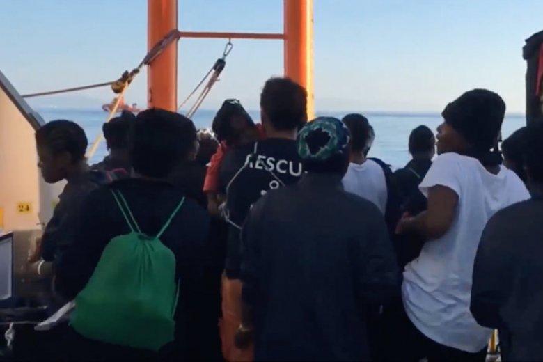Migranci cieszą się po przycumowaniu Aquariusa do portu w Walencji.