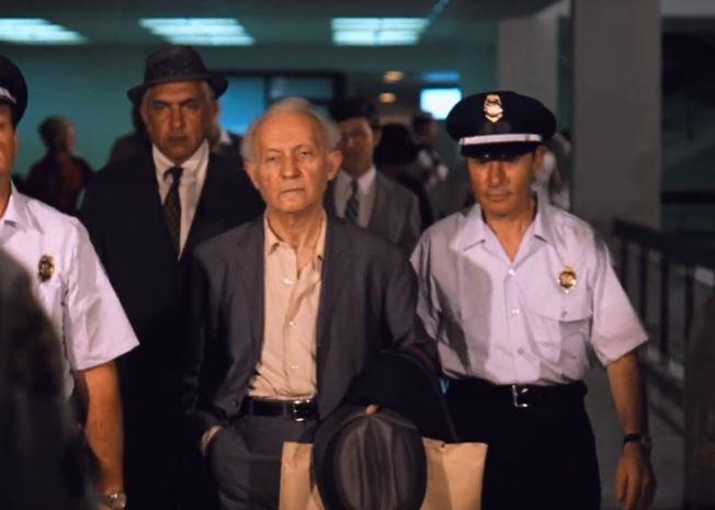 """Aktor Lee Strasberg  jako gangster Hyman Roth w filmie """"Ojciec chrzestny II""""."""