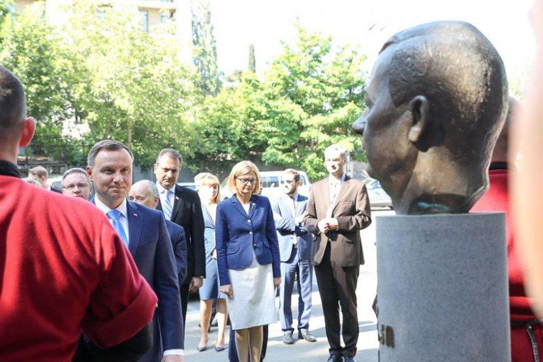 Prezydent Duda na chwilę przed uklęknięciem pod pomnikiem Lecha Kaczyńskiego w Tbilisi.