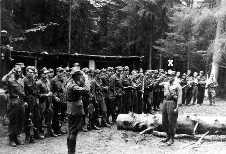 """Apel w obozie oddziału ochrony sztabu mjra """"Ognia"""" (zaznaczony """"×"""")."""