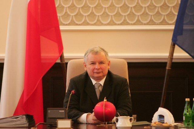 05 grudnia 2006 – Aleje Ujazdowskie w Warszawie. Premier Jarosław Kaczyński za biurkiem w gmachu Urzędu Rady Ministrów.