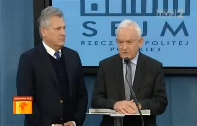 Aleksander Kwaśniewski i Leszek Miller na konferencji 10.12.2014