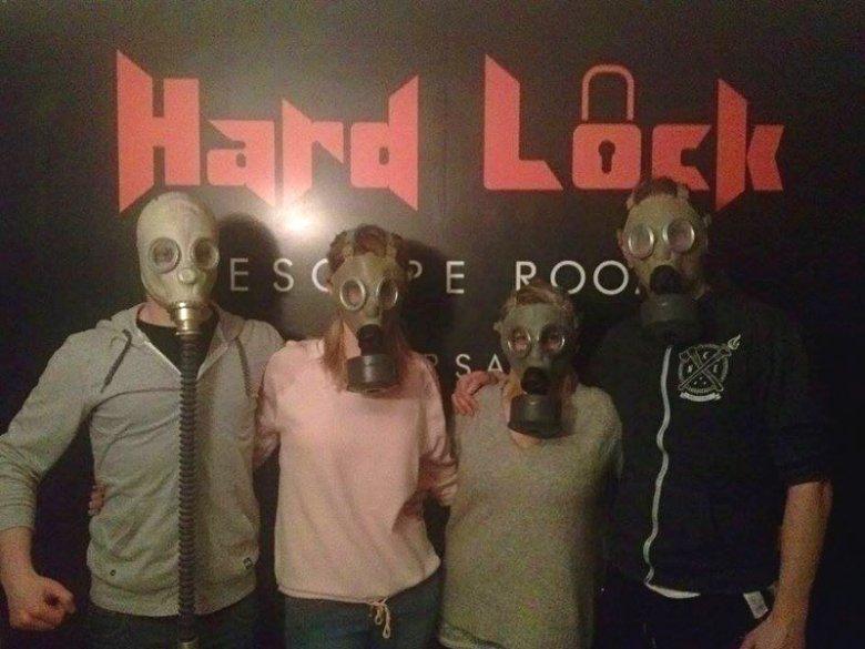 Graczom, którym udało się rozwiązać zagadkę, firma Hard Lock Escape Room robi pamiątkowe zdjęcie, które następnie umieszcza na swoim profilu na Facebooku