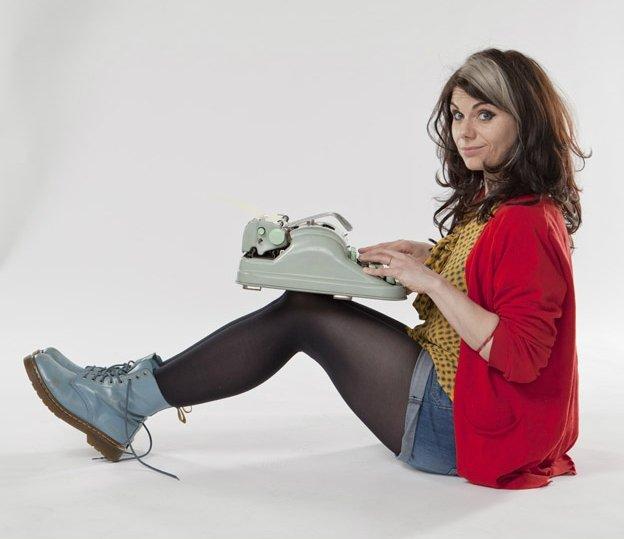 Caitlin Moran mimo czterdziestki na karku pełna jest niemal dziecięcego, bardzo zaraźliwego entuzjazmu. Podobnie jest z jej powieścią.
