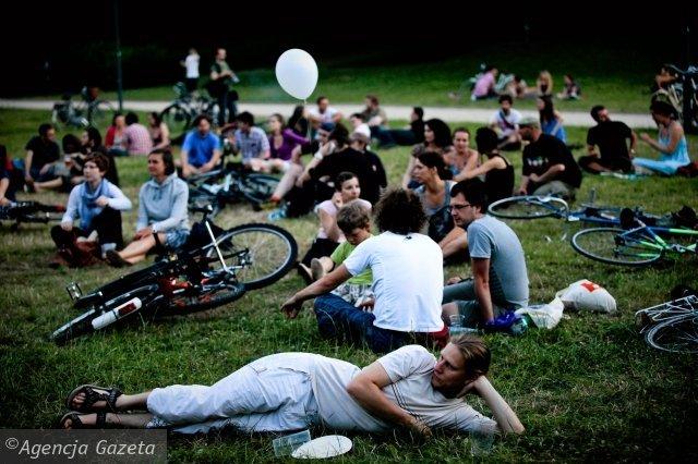 Plac Zabaw. Niegrzeczna młodzież leży na trawie