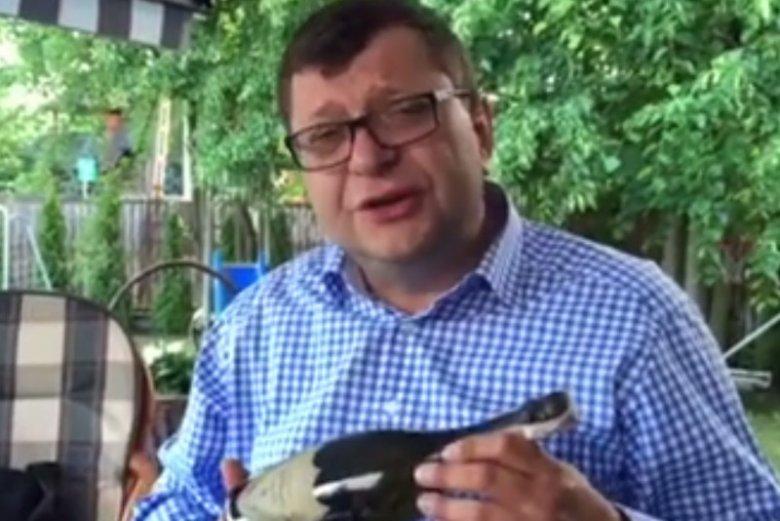 Zbigniew Stonoga z szampanem świętował rekonstrukcję rządu.