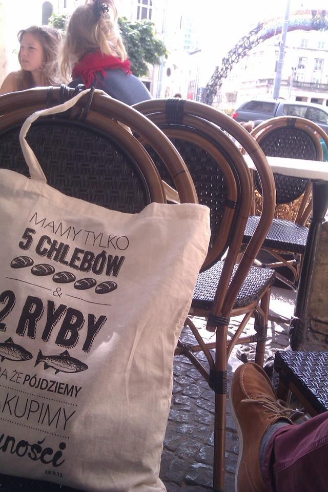 katolicka torba na placu Zbawiciela w Warszawie (foto: Błażej Strzelczyk)