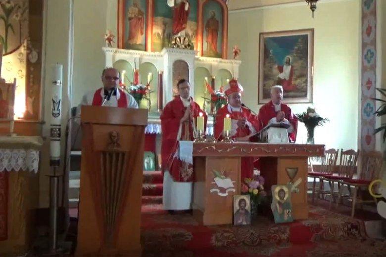 Bierzmowania  w parafii polskokatolickiej Łęki Dukielskie. W całej Polsce jest ok. 20 tys. wiernych tego Kościoła.