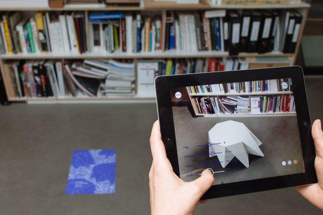 Dzięki technologii Augmented Reality klient, który jest współtwórcą mebla, może obejrzeć go we własnej przestrzeni, w realnych wymiarach jeszcze przed jego zakupem.