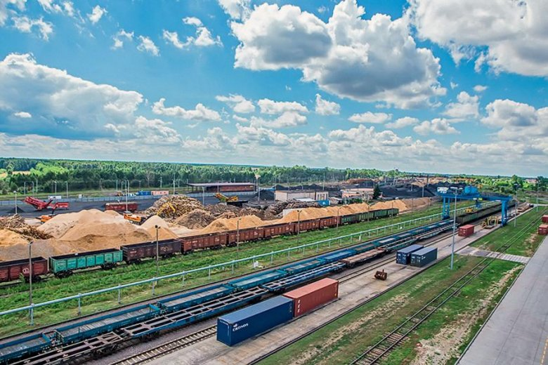 W porcie przeładunkowym w Małaszewiczach k. Białej Podlaskiej kontenery są przeładowywane z pociągów szerokotorowych na pociągi o europejskim rozstawie osi. To pierwszy ważny punkt w polskiej części nowego Jedwabnego Szlaku.