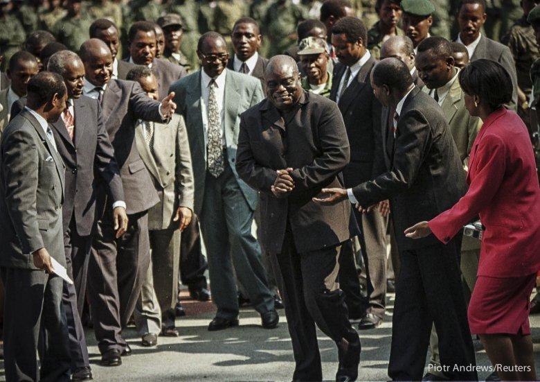 Laurent Desire Kabila w trakcie uroczystości zaprzysiężenia na prezydenta Demokratycznej Republiki Konga. Kabila zmienił nazwę państwa Zair na Demokratyczną Republikę Kongo (DRC).