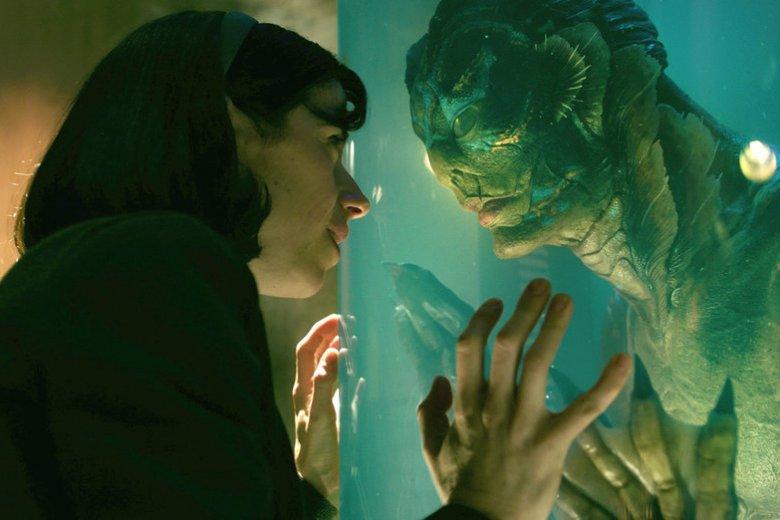 """Najnowszy film Guillermo del Toro to piękny film o miłości, przywodzący na myśl """"Piękną i Bestię"""", ale tylko dla dorosłych."""