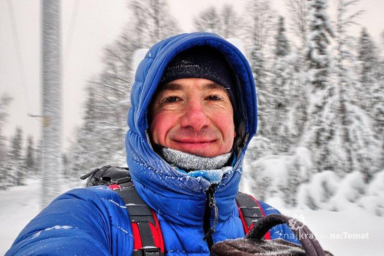 Autor w trakcie narciarskiej wędrówki w Finlandii