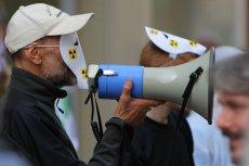 Manifestant Greenpeace na pikiecie przeciwko energii nuklearnej we Francji.