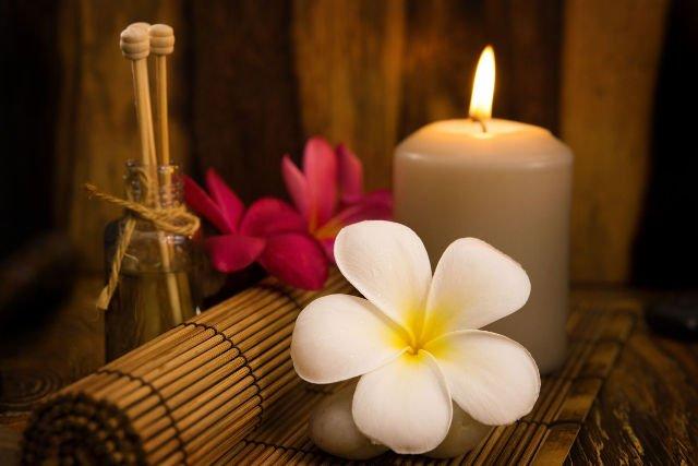 Świece i olejki aromatyczne to obowiązkowe elementy terapii odstresowujących