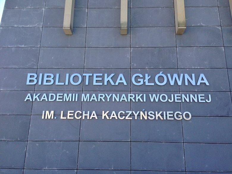 Napis na budynku biblioteki.