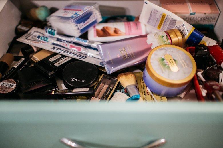 Jeśli kosmetyków wciąż przybywa, a zapominamy o ich wyrzucaniu, zaczyna robić się bałagan.