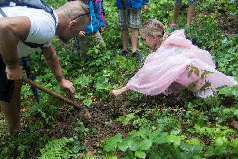 Myślą przewodnią programu ''Po stronie natury'' jest budowanie świadomości ekologicznej dzieci i dorosłych. Jego organizatorzy corocznie przeprowadzają akcję sadzenia drzew
