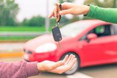 Jeśli w planach mamy odkupienie samochodu od innego kierowcy, powinniśmy zapoznać się z przepisami regulującymi zasady postępowania z polisą OC po zakupie oferowanego na rynku wtórnym samochodu