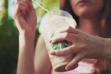 """""""Śmieciówka"""" nie oznacza życia bez kawy ze Starbucksa i innych przyjemności."""