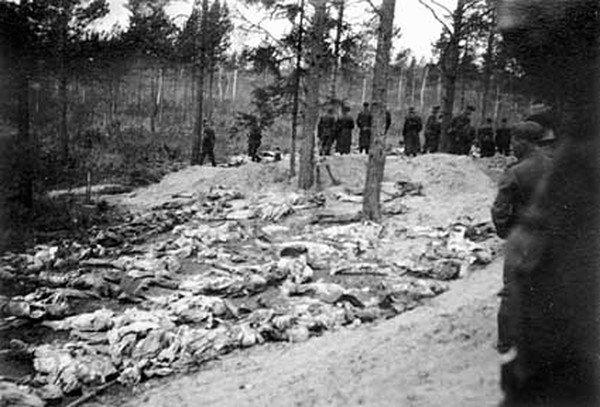 Ciała pomordowanych w Katyniu. Ekshumacje z 1943 roku.