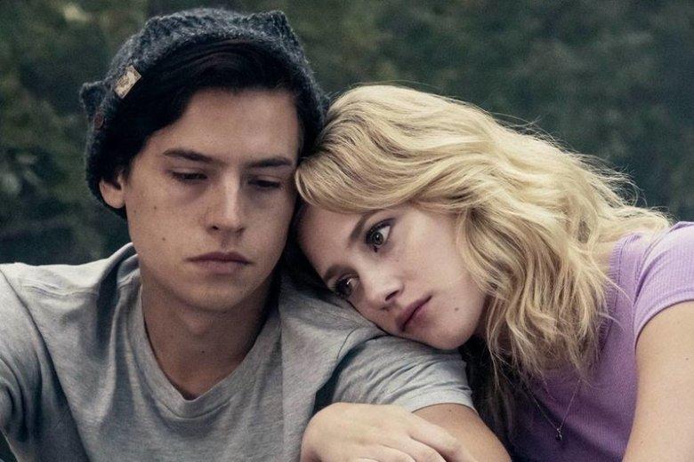 """Bohaterowie serialu """"Riverdale"""" nie zachowują się jak typowe nastolatki."""