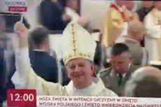 Na nagraniu ze Święta Wojska Polskiego z kościoła garnizonowego w Katowicach widać, jak żołnierz Wojska Polskiego niósł za księdzem wiaderko z wodą święconą.