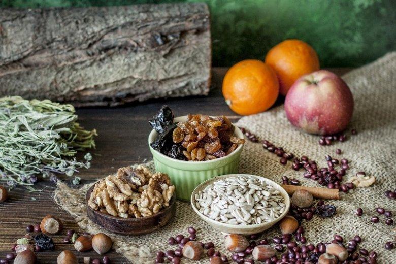Psychiatria żywieniowa może okazać się bardzo pomocna przy leczeniu i diagnozowaniu pewnych zaburzeń psychicznych. Orzechy włoskie to jeden z produktów zawierających kwasy Omega 3 i magnez, które pozytywnie wpływają na pracę mózgu