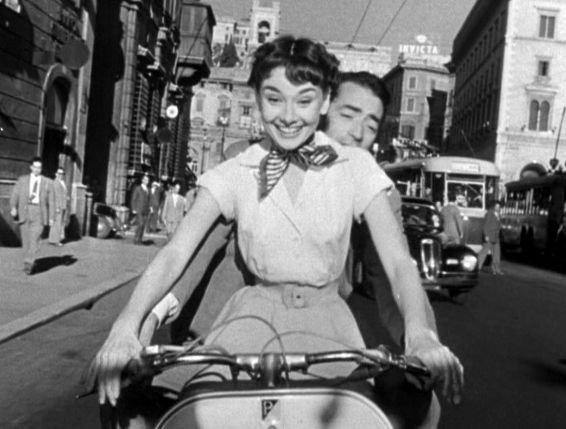 """Kadr z filmu """"Rzymskie wakacje"""". Rola u boku Gregory'ego Pecka dała Audrey Oscara dla najlepszej aktorki."""