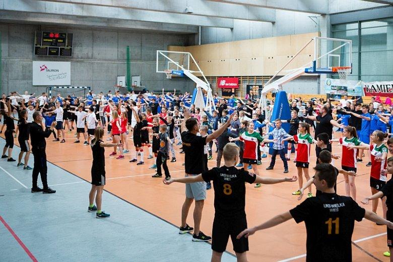 Poza zachęcaniem młodzieży do sportu program KSO stawia sobie też za cel angażowanie lokalnych społeczności, w tym rodziców i dziadków młodych zawodników
