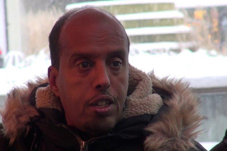 Sadiq, ojciec, który ruszył za córkami do Syrii, aby znaleźć je i przekonać do odejścia z Państwa Islamskiego. Czytelnik ''Dwóch Sióstr'' śledzi jego podróż do kontrolowanego przez radykałów kraju