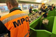 Pracownicy toruńskiego MPO sortują śmieci podczas otwarcia nowego centrum unieszkodliwiania odpadów komunalnych.
