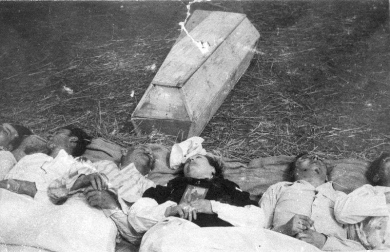 Chołopecze, powiat Horochów, Wołyń. Czesi pomordowani przez Ukraińców we wsi Chołopecze.