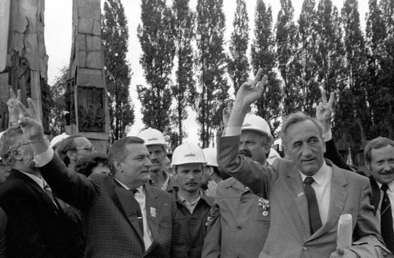 Czerwiec 1989 roku, Stocznia Gdańska. Spotkanie Francois Mitterrrand-Lech Wałęsa. Na zdjęciu oprócz Wałęsy: Tadeusz Mazowiecki i Janusz Onyszkiewicz.