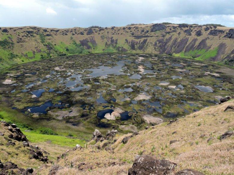 Krater wygasłego wulkanu Rano Kau, Wyspa Wielkanocna, Rapa Nui.