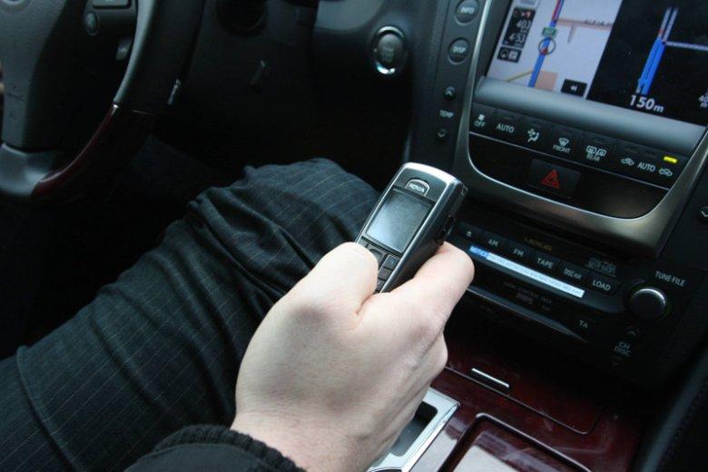 Ok. 60 proc. kierowców w Polsce przyznaje, że używa telefonów w czasie jazdy.