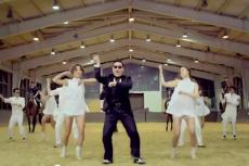 """Fragment teledysku do piosenki """"Gangnam Style"""", w której elementem choreografii jest """"jazda na koniu""""."""