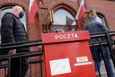 Pakiety wyborcze leżą w magazynie Poczty Polskiej w Łodzi.
