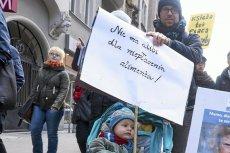"""Manifa w Poznaniu pod hasłem """"Dość przekrętów w sprawie alimentów""""."""