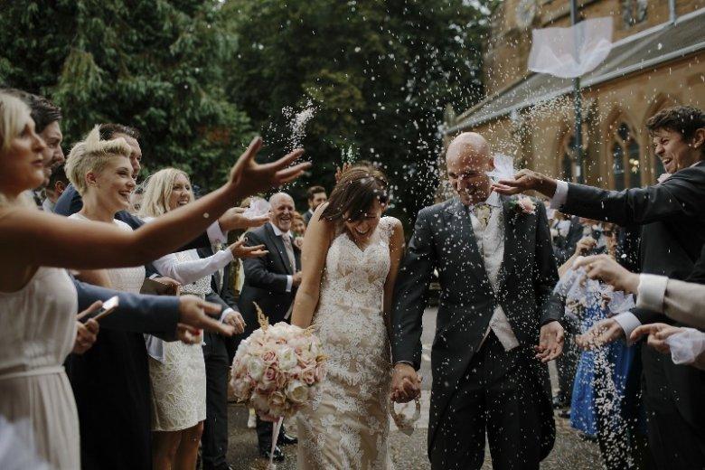 a744e32f19 Organizacja ślubu to ogromne koszty. Dzięki tanim i modnym sukniom z  sieciówek