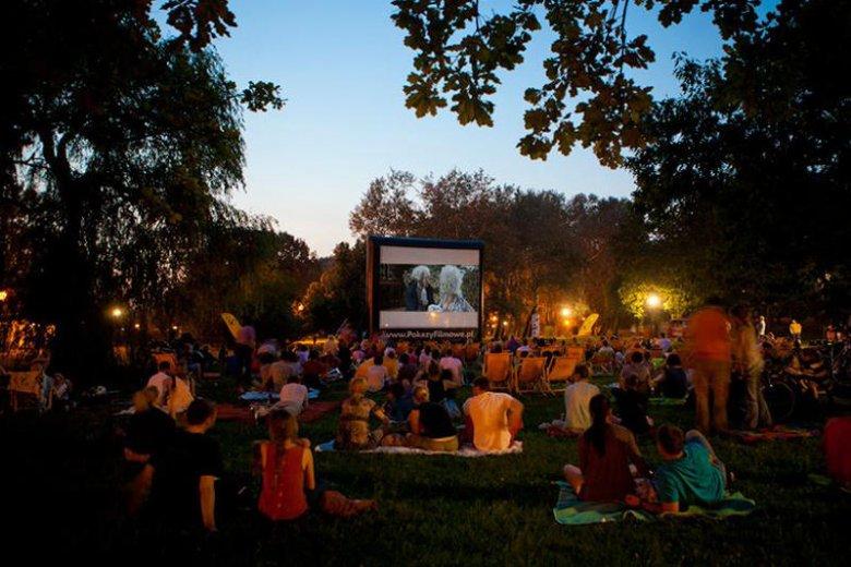 W wakacje w Warszawie odbywa się kilkadziesiąt pokazów filmowych - każdy znajdzie coś dla siebie.