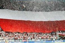 Potężna sektorówka – flaga Polski – na stadionie we Wrocławiu przed meczem z Czechami na Euro 2012