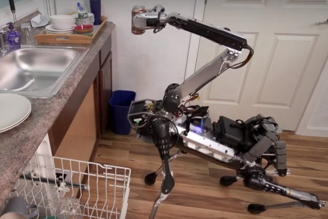SpotMini to przypominający psa robot, który pomaga w sprzątaniu, odkłada naczynia na suszarkę i przynosi napoje swojemu właścicielowi