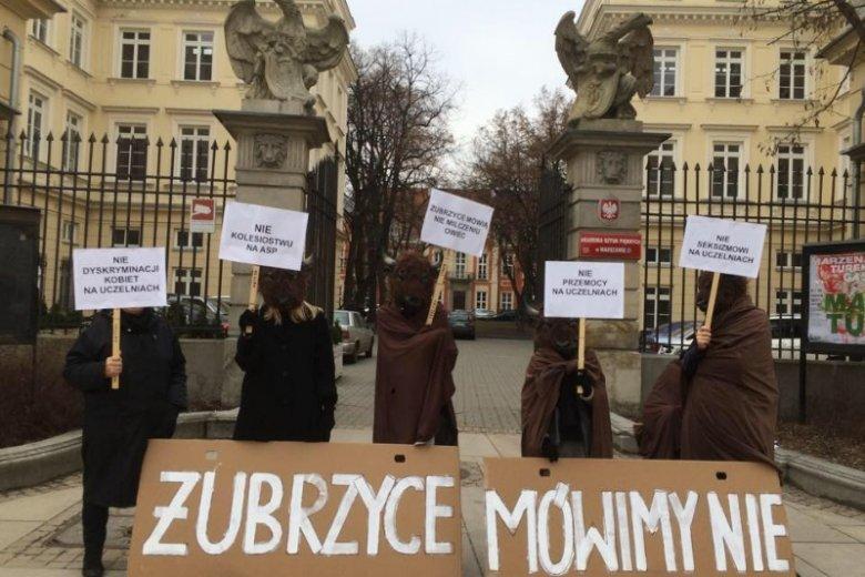 ŻUBRZYCE Mówimy NIE podczas protestu pod warszawskim ASP