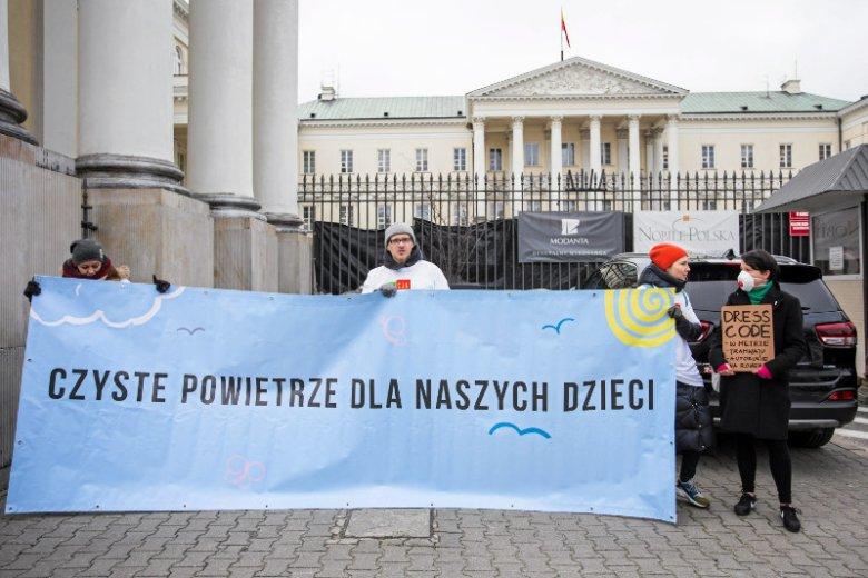 Polska przegrała z Komisją Europejską spór w unijnym Trybunale Sprawiedliwości w sprawie zanieczyszczenia powietrza. Na zdjęciu - protest aktywistów z organizacji Akcja Demokracja w sprawie uchwały antysmogowej w Warszawie.
