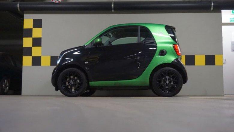 Z boku Smart ForTwo Electric Drive wygląda trochę jak zabawka.