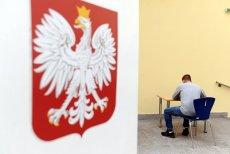 W lokalu wyborczym w Warszawie spadło godło i raniło mężczyznę. Zdjęcie poglądowe.