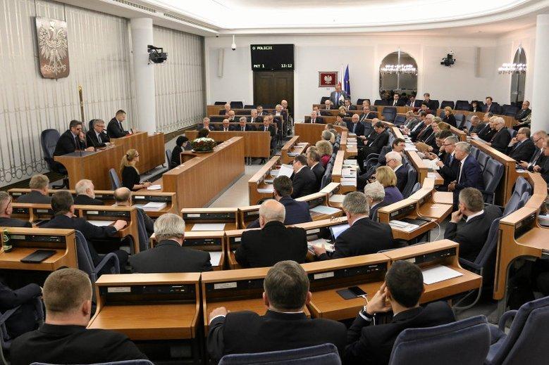 Senat tuż przed godziną 2.00 w nocy przyjął ustawę o IPN. Teraz dokument trafi na biurko prezydenta Dudy.
