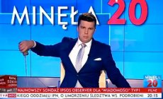 """Michał Rachoń w TVP Info prowadzi """"Woronicza 17"""" i """"Minęła 20""""."""